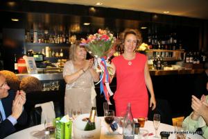 Anna Rotllan fent entrega d'un ram a la Cecília Goloboff
