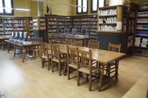 restauració i envernizada al mobiliari de la biblioteca l'estiu del 2014