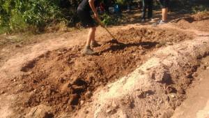 Treballem la terra per sembrar espinacs.